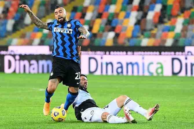 Vidal sufre con Inter, pero celebra con Rodelindo Román