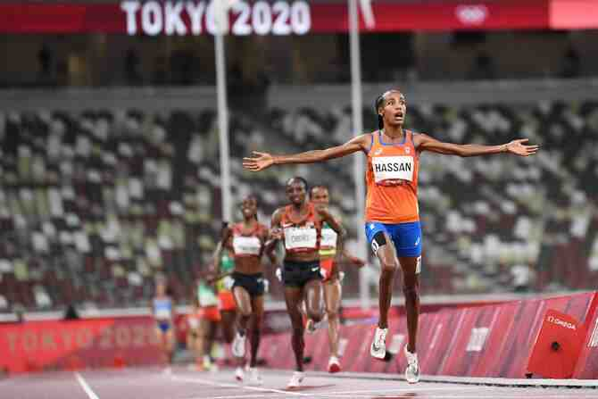 Sifan Hassan: Entre costalazos y épica levanta una gesta olímpica
