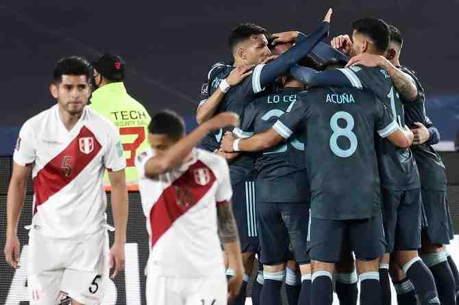 Argentina suma y sigue: vence a Perú y tiene pie y medio en el Mundial